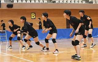 試合形式の練習に取り組む鷹巣中女子バレーボール部の選手たち