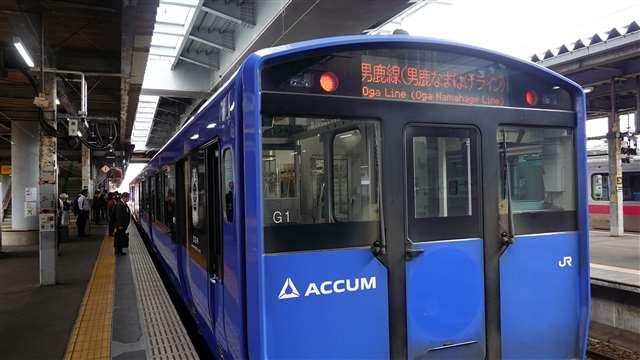 秋田駅に入線してきたばかりのACCUM。大容量の畜電池を搭載し、架線のない男鹿線を走ることができる最新式の電車である=6月8日午前8時40分頃
