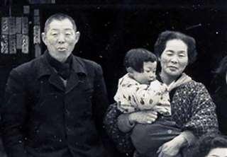 父の市之助(左)と母イヨノ=昭和38年ごろ