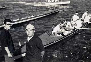 琵琶湖(滋賀県)に漕ぎ出す本荘高端艇部員たち。手前右が作左部監督=昭和33年9月