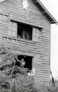 子吉川べりにあった本荘高の艇庫兼合宿所=昭和30年代