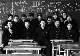 本荘高の卒業間際、同級生と(前列中央)=昭和35年2月