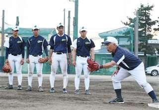 佐藤幸彦監督(右)のアドバイスを聞く選手=秋田中央高グラウンド