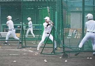 打撃練習を重ねる選手=秋田商高グラウンド