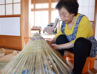 西馬音内盆踊りの踊り手がかぶる編みがさを作る阿部さん