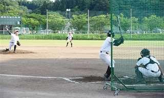 試合を想定した実戦形式の練習に励む選手=明桜高グラウンド