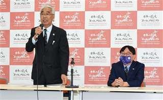 記者会見で日本の花火エールプロジェクトについて説明する挽野さん(左)と小西さん=5月27日