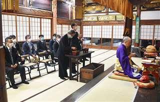 関係者が焼香を行った追善供養=秋田市旭北栄町の當福寺