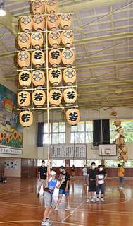 小若のさおをバランスよく上げる児童=13日、秋田市の築山小学校