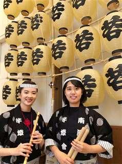 南通り竿燈会の吉田さん(左)と田中さん=秋田市大町のねぶり流し館(吉田さん提供)
