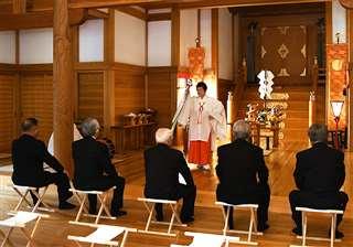 宵宮祭で神楽を奉奏するみこ=20日午後6時15分ごろ