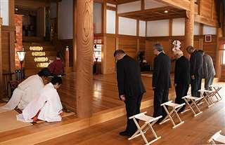 土崎神明社の社殿で行われた「例祭」=21日午前10時10分ごろ