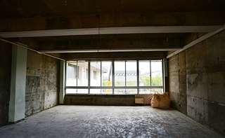 床や壁の内装が取り除かれた教室。東向きの窓の外に旧県立美術館の屋根が見えた