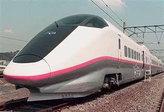 ピンク色のラインが印象深い「こまち」車両