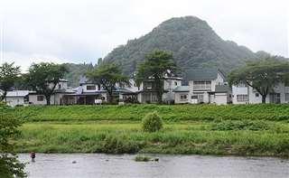 桧木内川堤から望む小倉山=仙北市角館町