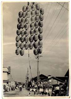 昼に町内を練り歩き、路上で竿燈を上げる室町竿燈会の差し手=1965年ごろ(武藤さん提供)