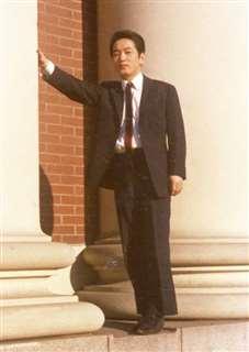 二十歳の頃、バンクーバーの銀行前で