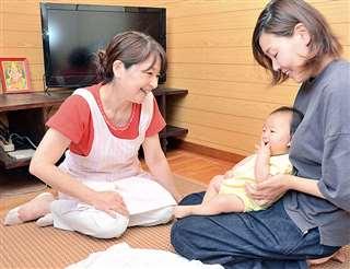 「元気いっぱいですね」と笑顔で凪ちゃんに語り掛ける佐藤さん(左)