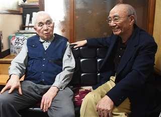 堀さん(左)と話す小寺さん