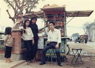 船員時代に訪れたフィリピン・マニラの屋台で(右)