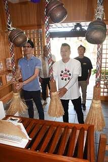 三皇熊野神社を参拝する牛島竿燈会の佐藤さん(手前右)ら