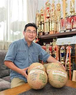 北日本花火興業社長の今野義和さん。来年打ち上げる予定の花火玉を手にする