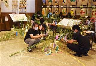 秋田市大町の市民俗芸能伝承館「ねぶり流し館」では7日午前、来館者の願い事が記された短冊を職員がササ竹から外していた