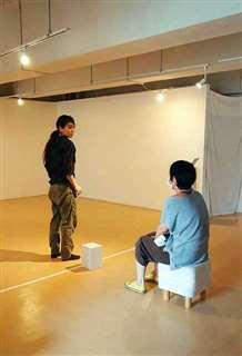 ダンサーの加賀谷さん(左)と観客が一対一で向き合う。コロナ禍が生んだ実験的なダンス公演だった=6月14日、秋田市大町のココラボラトリー