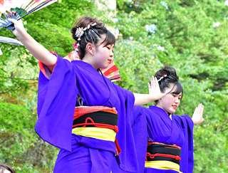 昨年のおやま囃子コンクールで息の合った踊りを披露する藤原舞香さん(左)、那美さんの姉妹