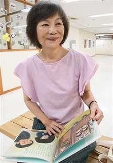 「えんぴつびな」を手に、母の思い出のひな人形について語る遠藤さん