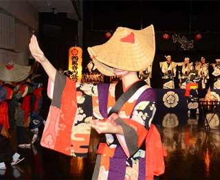 動画生配信のため西馬音内盆踊り会館で踊る実演者