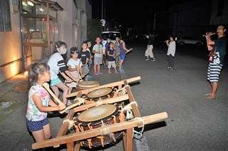 懸命に太鼓を練習する西前郷町内会の子どもたち