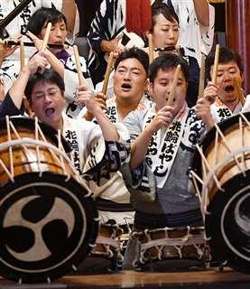 花輪ばやしの実演披露で太鼓をたたく田中さん(中央)=19日、鹿角市花輪の道の駅かづの
