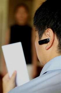 受け子の男は耳に着けたイヤホンマイクから聞こえる指示を受けながら、封筒のすり替えで女性からキャッシュカードを盗み出した(写真と本文は関係ありません)