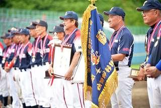優勝旗を手に表彰式に参加する羽二生さん(右から2番目)=2017年7月17日、大曲球場