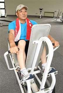 トレーニングするナイスミドルOBの藤林さん。練習を積み重ね、70代でも変わらぬ速球を投げる