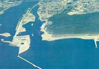 昭和49年当時の能代港。まだ砂浜が残っている(県のパンフレットから)