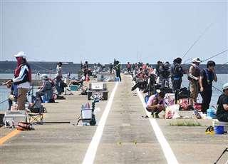 多くの人が釣りを楽しむ秋田港北防波堤=先月16日