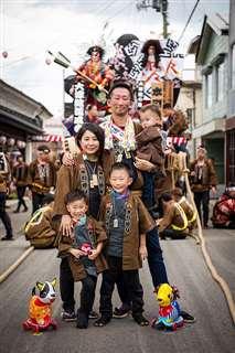角館のお祭りに参加する安藤さん(中央)と家族=2019年