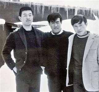 銀行員だった矢口さん(中央)と写真に納まる高校時代の佐藤さん(左)=1968年ごろ