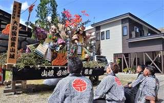 山根谷地町旭会若者の若手が初めて制作した武者人形。7~9日の3日間、丁内の通り沿いに展示されている=8日