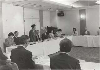 平成7年4月に行われた日本語指導者への辞令交付式