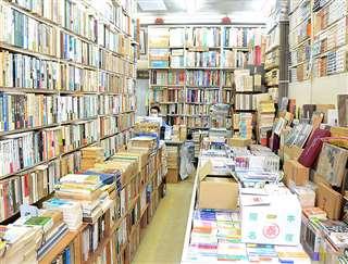 天井まで届く本棚に本が並ぶ板澤書房