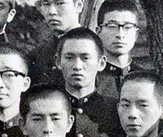 卒業アルバムに納まる高校3年の菅義偉(中央)