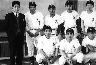 秋ノ宮中学校で野球部に所属していた菅(後列右)