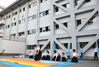 菅氏の首相就任に沸いた16日の湯沢高校。卒業した同級生の中には菅氏の今後の政権運営に厳しい注文を付ける人もいる