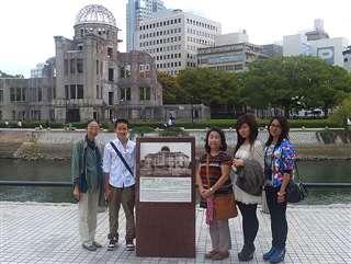 研修旅行で生徒を連れ広島を訪れる(右から3人目)