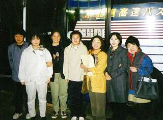日本語能力試験受験のため夜行バスで東京へ向かう受講生を見送る(右から3人目)