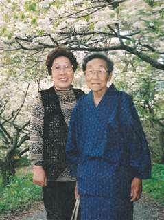 桜の季節に友人と出掛けた母(右)