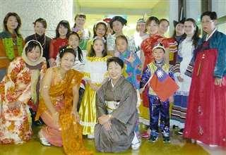 日本語教室は多文化。民族衣装の受講生たちと(中央)